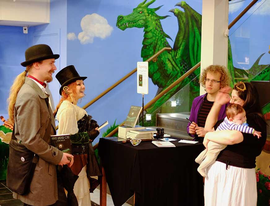 90% av bokens köpare bestod av steampunkare och bäbisar, som vanligt. (Fotograf: Joakim Calvert)